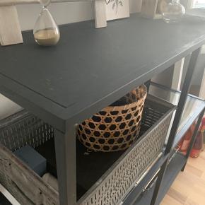 Stilren kommode fra IKEA ✨  Har malet den over med kalkmaling, da jeg var ude efter et mere matte og råt look.  Super vedligeholdt - kunne dog godt trænge til at blive tørt af 😉  BYD !
