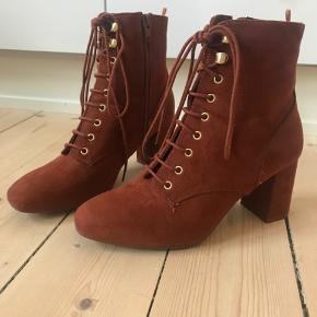 Fine støvletter i brun. Komfortable og nemme at gå i.