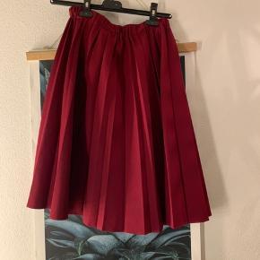 Fin knælang nederdel med elastik i taljen som er brugt et par gange - mærket er klippet ud🌸 kom med et bud