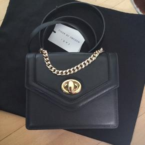 Shoulder or hand bag with golden chain.