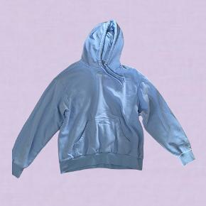 """Super flot lyseblå monki hoodie, brugt et par gange, men har ikke nogle tydelige tegn på slid. Det står """"hey bae"""" med småt ved kraven"""