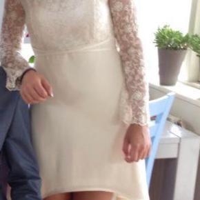 Brand: Konfirmationskjole  Varetype: Andet Farve: Hvid Oprindelig købspris: 3000 kr.  Smuk kjole fra Lilly mange flotte detaljer