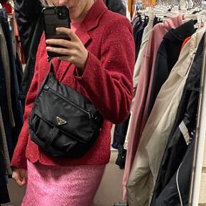 Sælger denne Prada taske da jeg ikke længere får den brugt. Er købt i Prada butikken Barcelona i 2017. Ægtehedsbevis og kvittering medfølger. Har lidt pletter hist og her. Man kan evt. prøve at putte den i vaskemaskine eller vaske den med klud og sæbe for at få de værste pletter af. Ellers ingen store tegn på brug.
