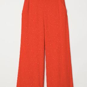 Røde prikkede bukser fra H&M. str. 40, kan dig passes af en 38 med et pænt bælte i. De er aldrig blevet brugt.