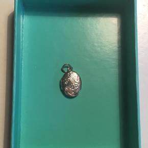 Sølv medaljon med blomster- gravering (vedhæng) 1,5 cm✨ Kan indeholde en lille seddel eller foto Kam hentes i Kbh eller sendes ☺️