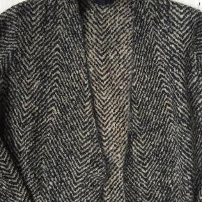 Super lækker easy lang cardigan fra COS i heerinbone strik brun/sort i kbalitet uld/mohair mix. God både til bukser og kjole