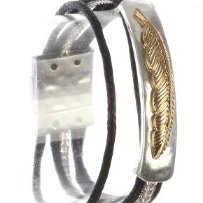 Armbånd med snører og magnetluk  Indvendig omkreds: 16 cm  PRISER ER INKL. LEVERING I DK