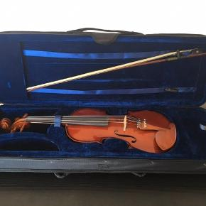Eagle Violin 3/4 with hard case, rosin, shoulder rest and bow. The bow needs some care. You may need to change it. * No shipping