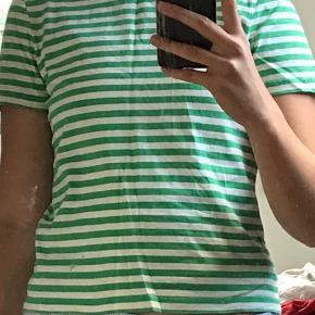 Brugt få gange. Grøn og hvidstribet med blå krave. Super flot, men er desværre for lille. Skriv hvis du har spørgsmål :-)   Sælger den samme bare i blå og hvid med lyserød hals.