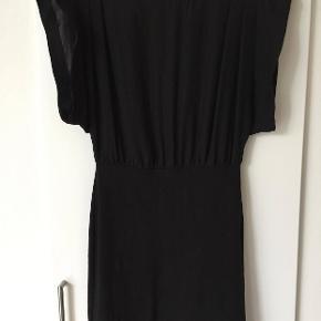 Flot sort kjole fra Storm & Marie. Stram nederdel med stræk, løs overdel. Brugt få gange - som ny.