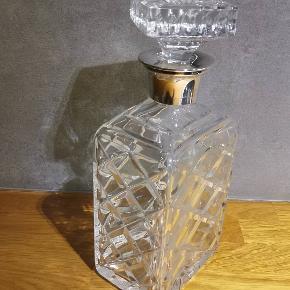Smuk Whisky karaffel med sølv krave Stemplet Krone Danmark og sølv mærke 830 H:22cm l:10cm B:7cm