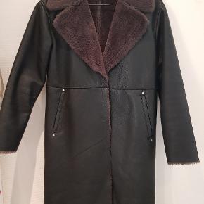 Rigtig fin frakke fra Mango i faux læder. Den er brugt meget lidt. Pelsen fremstår mere rødlig på billedet end i virkeligheden :-) Kostede 800 fra ny - kom med et bud.
