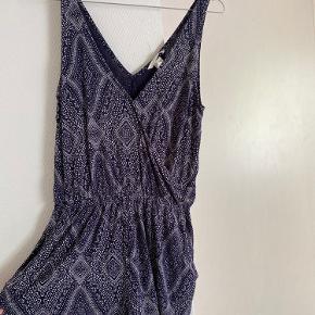 Navyblå/hvid mønstret med wrap-on effekt  Har to lommer i shortsene