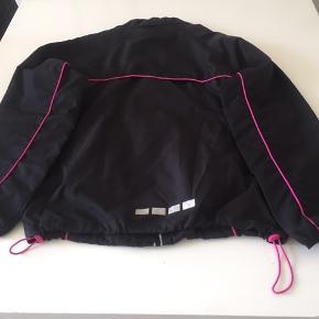 Sort løbejakke m/pink og hvide detaljer. Desuden foer m/mesh, 2 forlommer m/lynlås og indstillelig talje.