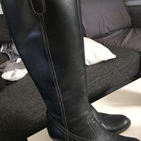 Kvalitetsstøvle til MEGET billige penge👍🏻Billi bi støvle med smal læg, brugt meget lidt, da de er lige små nok😊