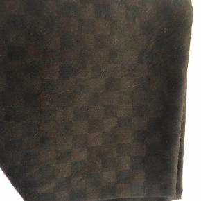 Varetype: Halstørklæde Størrelse: 70x190 cm Farve: Brun,  Sort Prisen angivet er inklusiv forsendelse.  Rigtig fint halstørklæde fra LV - brugt 1 gang  70x190 cm  85% cashmere 15% silke  Prisen er fast  Sendes med DAO til 33,-