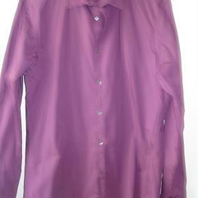 Varetype: Skjorte i 96% bomuld med stræk Farve: Magenta = lilla Prisen angivet er inklusiv forsendelse.  Skjorte fra Esprit i størrelse XL med lange ærmer med manchetter i farven Magenta - moderne ord for støvet lilla. Måler over brystet 116 cm. Længden er ca. 77 cm. Den runder let forneden. Aldrig brugt, men vasket én gang. BYTTER IKKE!