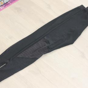 Mærket M/L  PONELLIE leggings  Talje 2x37 cm  Skridt længde 25 cm   Indvendig benlængde 85 cm  Meget stræk.