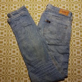 Lækre Lee bukser med washed out effekt.  Normal talje. Der står desværre ikke str. i, men den svare til en str. S og jeg er 1,61 m og de passer mig i længden.  De måler 37,5 x 2 cm i taljen, men de kan strække sig ca. 0,5 cm. Nypris kr. 500,00.