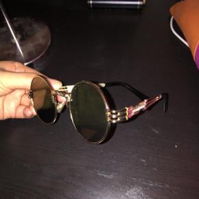 Solbriller med etui. Brugt på én ferie men sælger da de er lidt for store til mit hovede. De er stadig som nye. Kan bruges af både mænd og kvinder