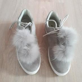 Meget søde sko med pom pom til pynt.