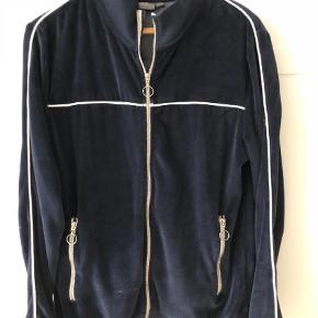 Varetype: Bluse Farve: Blå Oprindelig købspris: 399 kr.  Velourtrøje med lynlås, pæn stand