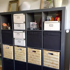 Sender gerne flere billeder på mail Sælger denne reol / rumdeler i koksgrå højglas fra serien Kallax fra i Ikea. Farven er udgået og fås ikke mere.  Den har nogle brugsspor i form af mærker hvor opbevaringskasser er trukket ud/ind (se fotos). Derfor den billige pris. Men hvis du vælger at bruger kasser som vist på foto kan det skjules.   Såfremt du ønsker det, kan du tilkøbe opbevaringskasserne i reolen.  De brune (Bullis, Ikea) er af flettet og lakeret bambus og koster 50 kr pr. stk. De er som nye.  De sorte opbevaringskasser er af fløjlsblødt tekstil (Ikea, Dröna) og dem kan du få for 20 kr. pr. stk. Har også en som stadig er pakket ind i film og helt ubrugt.  Reolen er tung (57 kg) og skal bæres ned fra 2. sal, så det kræver et par stærke personer. Den kan skilles ad og bæres ned delvis, men det må køber selv gøre, da man skal være to personer for at skille/samle den.  Reolen skal afhentes i Kastrup på Amager. hvis du skriver din mail adresse