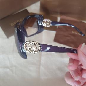 Sælger mine Gucci solbriller 3034 lilla  Den er kendt fra filmen med Sandra Bullock The Blind Side De har aldrig været taget i brug. Jeg har desværre mister kvitteringen men men etui, æske og kort medfølger. Mp 1500 kr