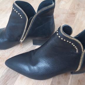 Støvler som nye  Har dog et lille skrab på snuden. Se billederne.