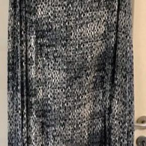 Kjole med lidt stræk fra mærket 'Que'. A-form. Brystvidde: 63 cm. X 2. Hoftevidde: 70 cm. X 2. Længde: 145 cm. 92% viscose og 8 % elastan.