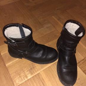 Billi Bi støvler med foor sælges. Støvlerne er brugt, men de er blevet plejet og holdt godt. Derfor er standen meget god.