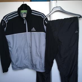Vintage Adidas tracksuit. Det er en large i kvinde str.