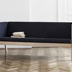 Hans J. Wegner  3-personers Wegner sofa i egetræ med grønt uldstof fra Kvadrat. Fremstillet af Getama.  Model GE 285.  Standen er god men brugt.  Np i dag omkring 30.000,-