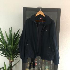 Super lækker lightweight jakke fra Tommy Hilfiger 🔥🔥 Fejler intet og fitter normalt!