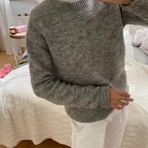 Lysegrå sweater fra Samsøe & Samsøe Brugt men stadig i god stand! Modellen hedder ETA O-neck  Str. S  Mener Np var 600 kr