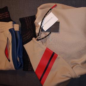 By Malene Birger sæt. Helt ny med tags. Bukser i str. S, hættetrøjer i str. XS (men lidt oversized ). Materiale 89Polyester, 11Elastane.
