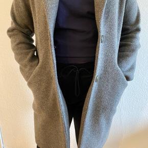 Dejlig frakke fra zara. Brugt men fejler ikke noget