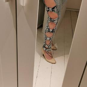 Jeans med sløjfer. 2 forskellige farver blå (De lyse er solgt) Prisen er pr. Par.