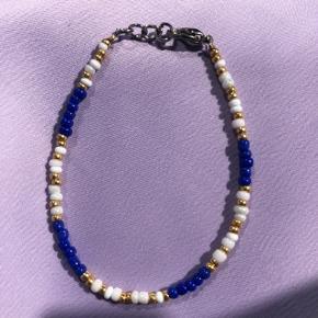 Perle armbånd Blå nuancer beige og guld perler 📐Mål: 15.5 cm 💮 Prisen er fast og inkl forsendelse med postnord ☺️ #trendsalesfund smykker