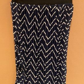 Fin plisseret nederdel. Med elastik i livet. Måler 58 cm i længden.   Giver gode mængderabatter 🌸