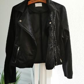 Super fin jakke fra Neo Noir størrelse M🌸 Den har desværre bare hængt i skabet🌸 Stoffet er sådan noget fløjls lignende stof, som man kan fornemme på billedet🌸