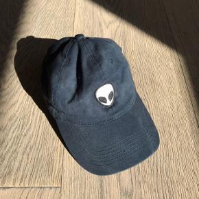 Fin og simpel mørkeblå/petroleum farvet kasket fra Brandy Melville 🌸