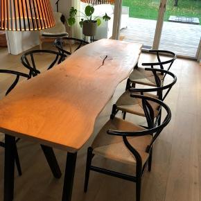 Emmanordic spisebord i kraftig dansk egeplank, og tigsvejsede pulverlarkerede stålben. Bordplade et skåret ud fra et stykke plank, herefter forarbejdet og olieret. Bemærk! ,- En eksklusiv massiv planke. B: 77, L: 220. Ring/skriv på tlf. 42248920 for nærmere info/ forespørgsler. Seriøse bud modtages, da bordet søger ny ejer ASPD.
