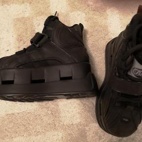 Brand: Buffalo Varetype: Sneakers Farve: Sort Oprindelig købspris: 2500 kr. Prisen angivet er inklusiv forsendelse.  Super seje BUFFALO SNEAKERS.  Ægte læder. Aldrig brugt.