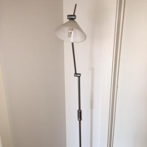 Standerlampe som tændes og slukkes ved   Touch på selve lampen. Den har 2 belysnings funktioner. Lampe fra point