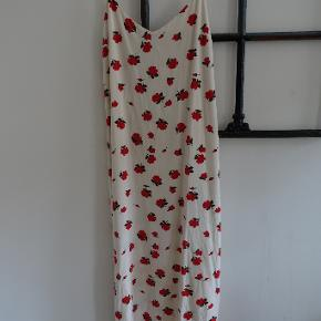 Super fin kjole fra Envii i modellen Enlatina. Længen er til midt på skinnebenet.