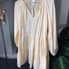 Stribet kjole i hvid og gul fra H&M med snore foran Brugt en gang Fuldkommen som ny 💛   #GøhlerSellout
