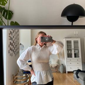 Sælger denne super fine strik fra Zara, da jeg ikke får den brugt. Er smart til hvis man tager den udover en skjorte, men kan også bruges uden.   Strikken er stadig med prismærke, så er aldrig brugt.