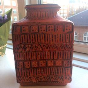 Orange vase designet af Bodo Mans for Bay West Germany, fra 60erne. I rigtig god stand med sin alder :)