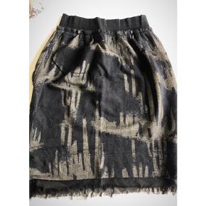 Flot Diesel nederdel med god pasform. I farven armygrøn med sort. Brugt en enkelt gang.
